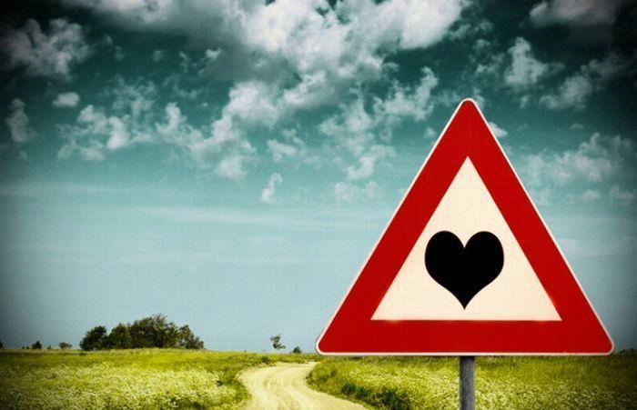 cartello con cuore strada